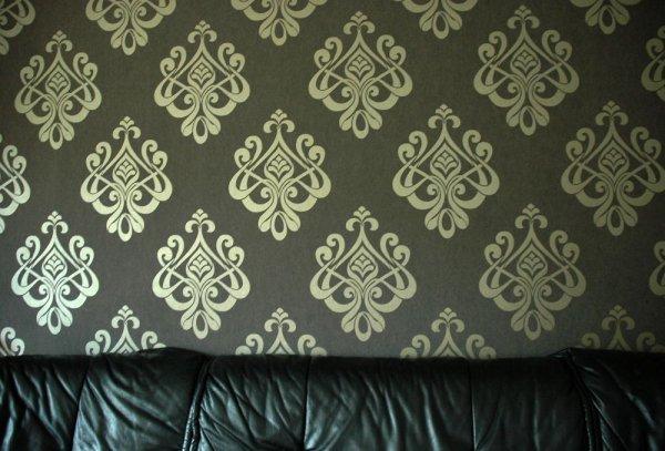 Wohnzimmer mit edler Tapete