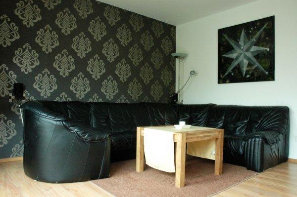 Wohnzimmer mit edler Tapete 2